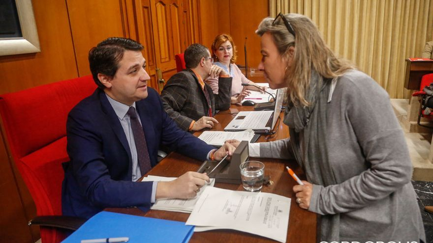 Bellido habla con Albás (CS) antes del Pleno | ÁLEX GALLEGO