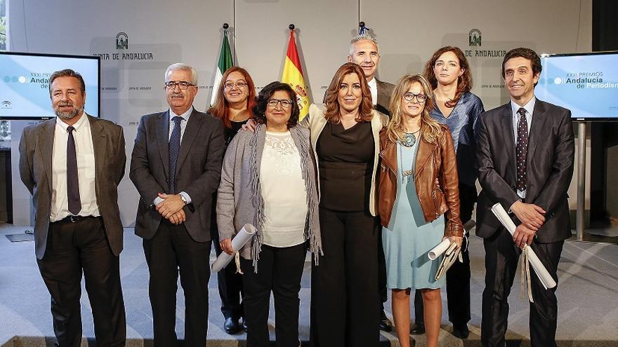 Foto de familia de los Premios Andalucía de Periodismo con los galardonados, la presidenta y el vicepresidente de la Junta, y el portavoz del Gobierno andaluz