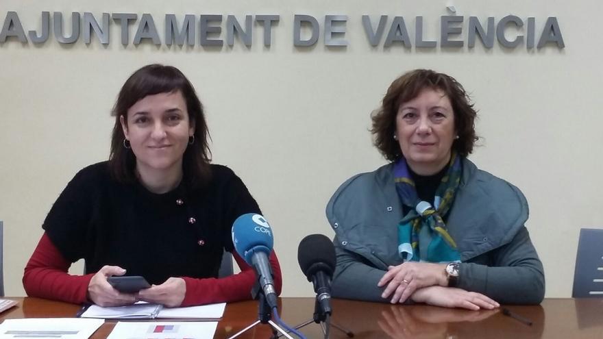 La concejal de Compromís, Isabel Lozano, y la directora del centro, Sabina Navarro