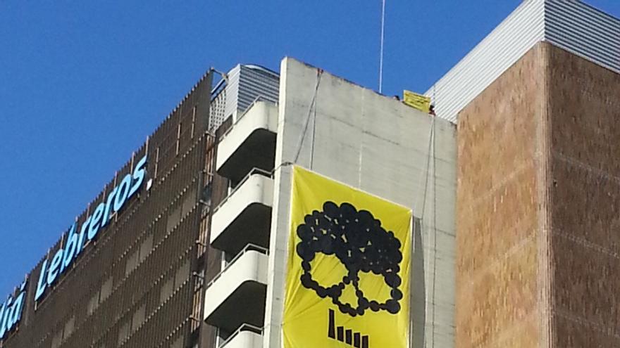 """Greenpeace despliega una pancarta de 65 metros contra eléctricas que """"deciden sobre la salud de los ciudadanos"""""""