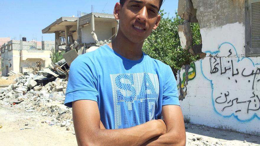 Ahmed junto al barrio donde fue utilizado como escudo humano por tropas israelíes en el sur de la Franja de Gaza. Foto: Isabel Pérez
