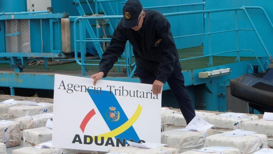 Llegada al puerto de Vigo de un pesquero interceptado en alta mar con 2.500 kilos de cocaína procedente de Sudamérica.