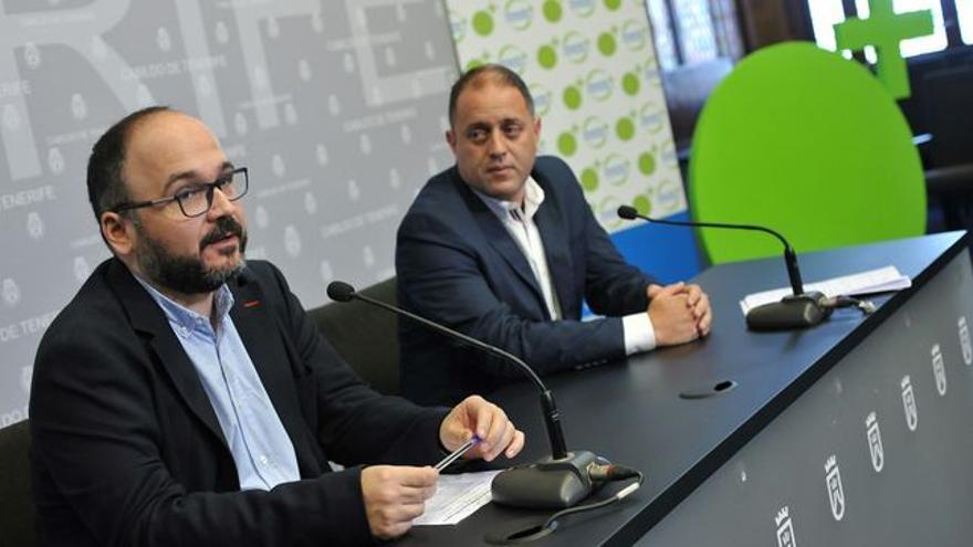 Alejandro Molowny (derecha), en una imagen de archivo junto al consejero insular José Antonio Valbuena