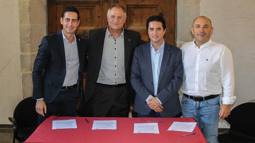 Imagen de la firma del pacto de gobierno de Llíria