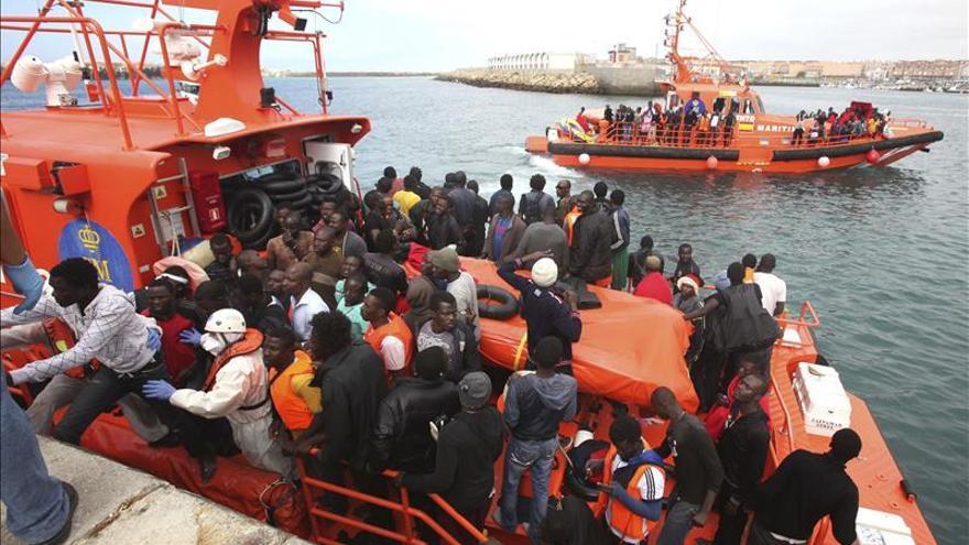 Más de 200 inmigrantes rescatados en una nueva oleada en el Estrecho