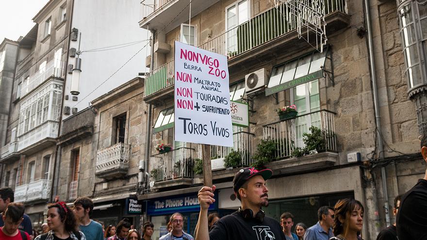 Ciudadanos de toda Galicia se manifiestan en contra del maltrato y la explotación animal mientras se tortura a un toro en la plaza de Pontevedra. Foto: colectivobritches.com