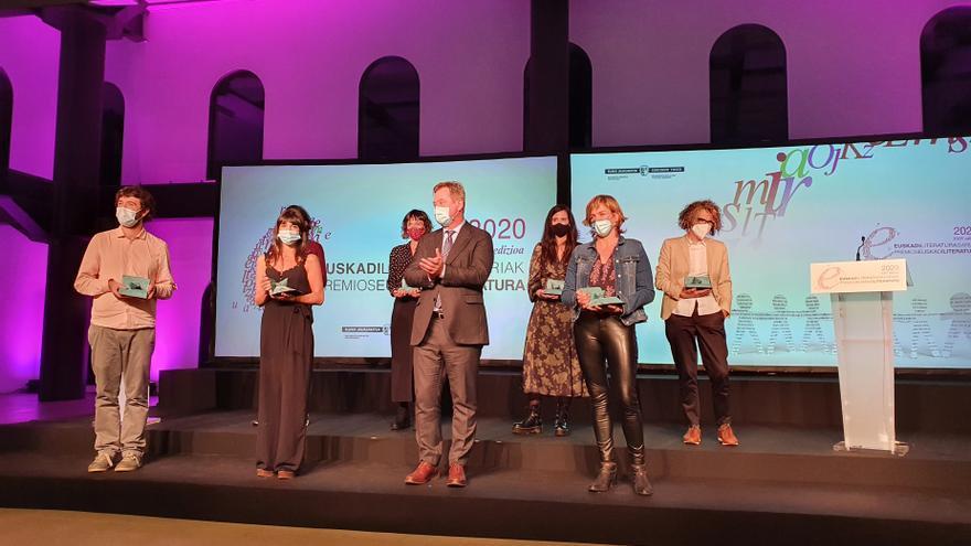 El consejero de Cultura, Bingen Zupiria, y los galardonados de los Premios Euskadi de Literatura