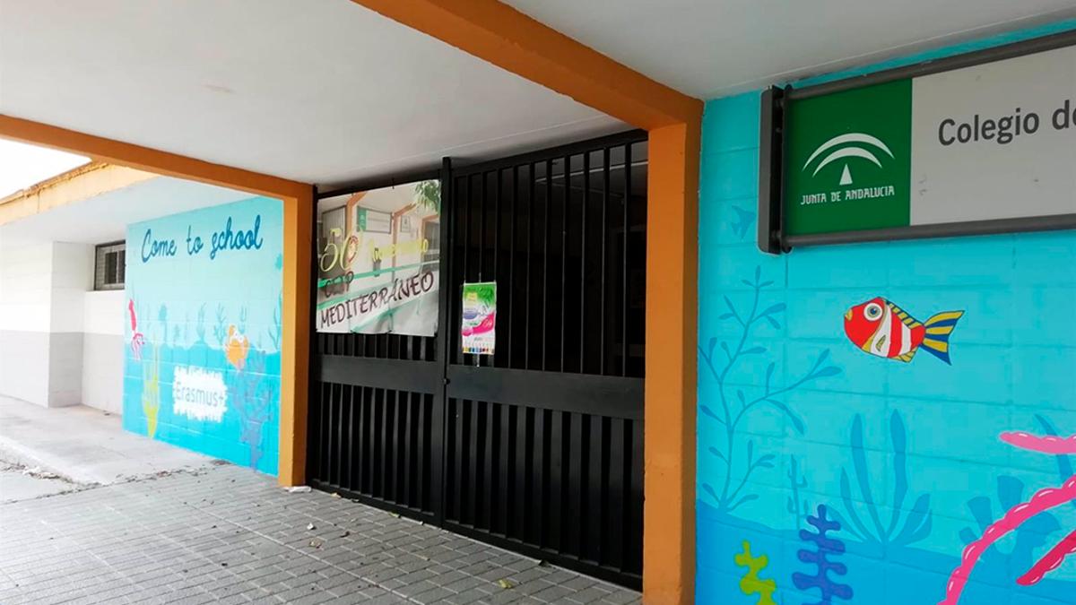 Entrada a un colegio público en Córdoba.
