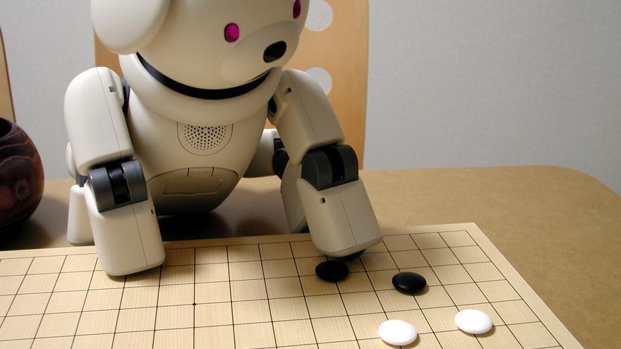 Aibo, jugando al igo, es una mascota robótica.