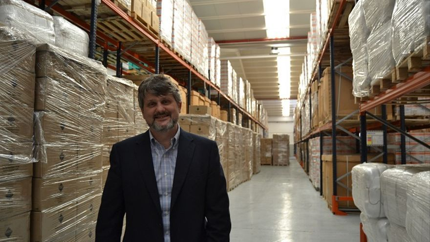 Pablo Yuste en el interior de una de las naves del Programa Mundial de Alimentos, en el Puerto de Las Palmas, Gran Canaria.