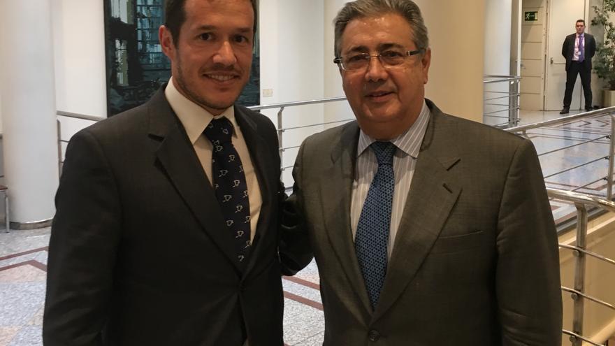 Mariano Hernández (i) con el ministerio de Interior.