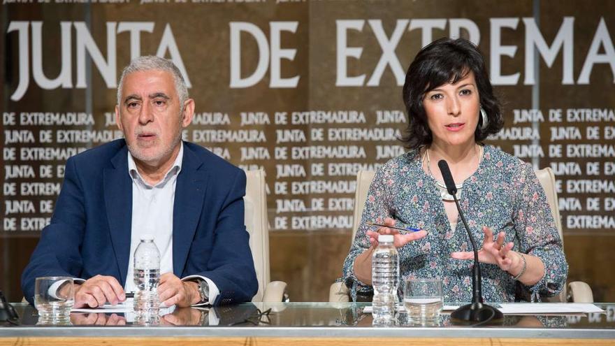 La consejera de Educación y Empleo, Esther Gutiérrez Morán, acompañada del secretario general de Educación, Rafael Rodríguez de la Cruz / Junta