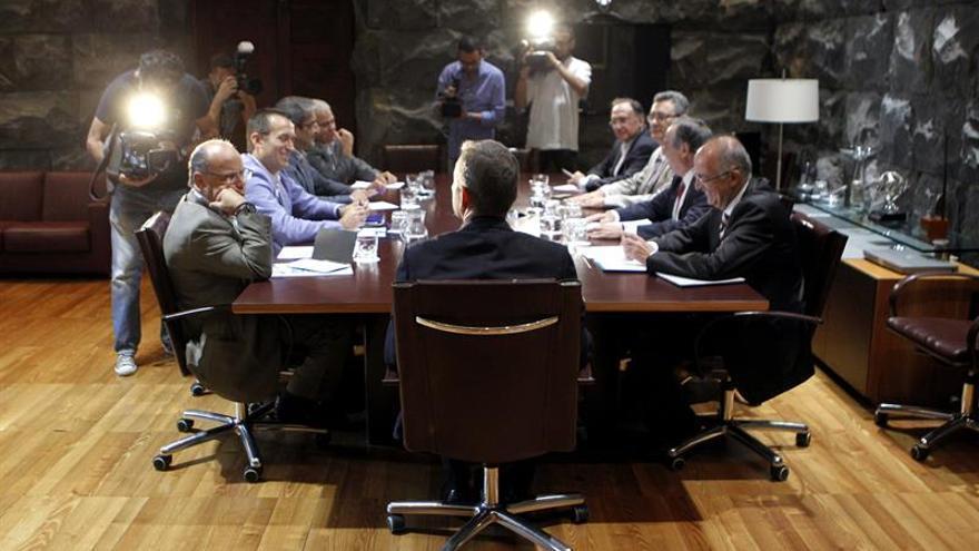 El presidente del Gobierno de Canarias, Paulino Rivero (c), se reune con representantes de los grupos Nacionalista, Socialista y Mixto del Parlamento de Canarias. EFE/Cristóbal García