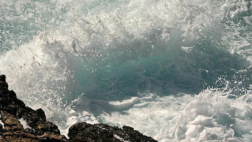 Olas rompiendo en la costa. (Canarias Ahora).