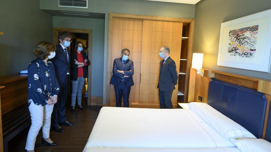 Urkullu y Murga, visitando una cama del hotel Lakua de Vitoria, usado en la pandemia como centro medicalizado