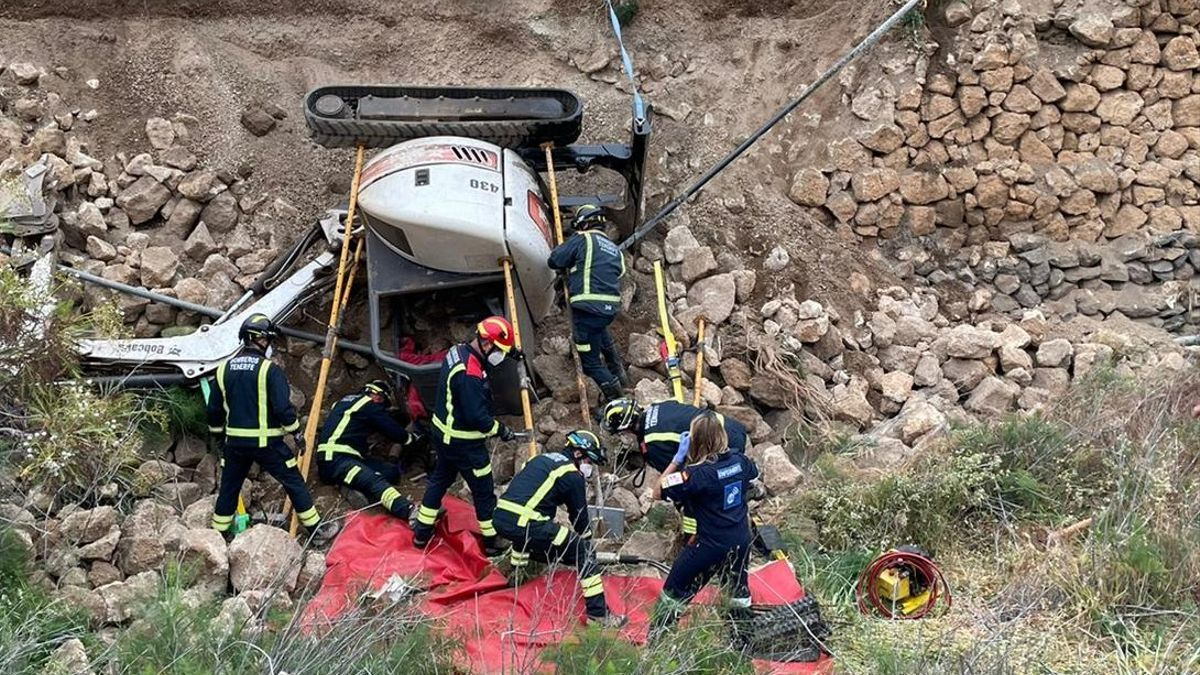 Rescate del hombre herido de gravedad al volcar la retroexcavadora con la que trabajaba