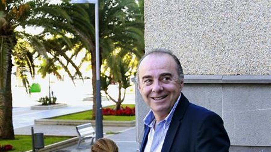 El exalcalde de Santa Cruz de Tenerife y exsenador Miguel Zerolo abandona el Palacio de Justicia tras depositar la fianza por el caso de Las Teresitas