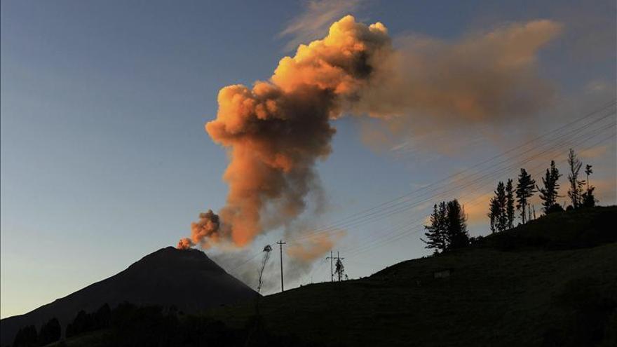 """Volcán ecuatoriano Tungurahua mantiene una """"emisión continua"""" con la caída de ceniza"""