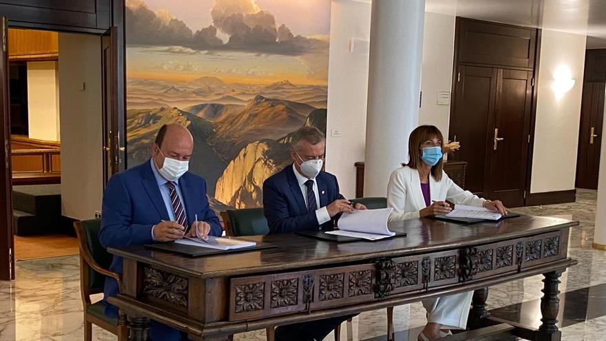El Lehendakari en fuciones, Iñigo Urkullu, el presidente del PNV, Andoni Ortuzar, y la secretaria general del PSE-EE, Idoia Mendia, firman el acuerdo de Gobierno que reedita el pacto de Gobierno entre jeltzales y socialistas