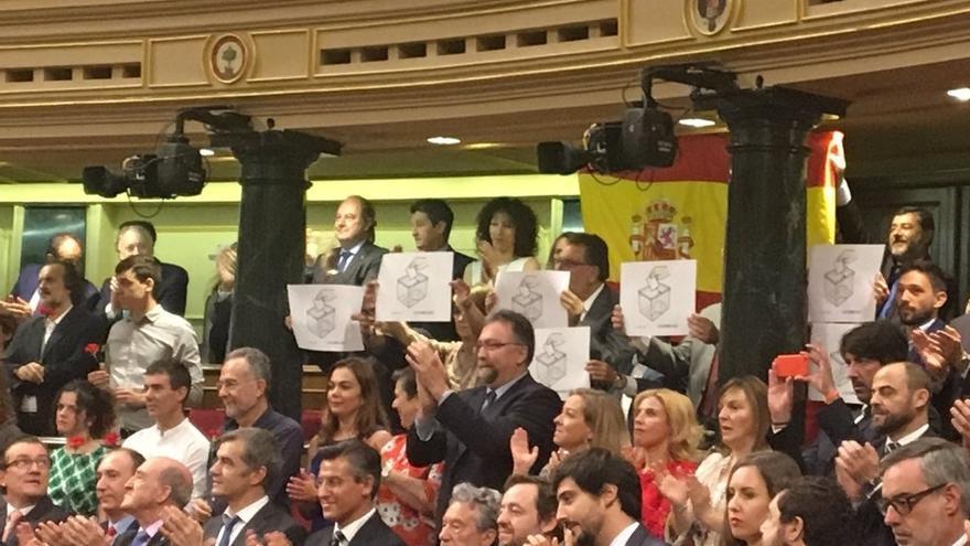 Diputados del PDeCAT exhiben carteles con urnas en favor del referéndum ante el Rey en el Congreso
