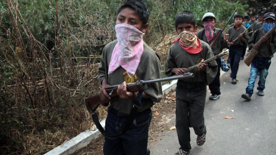 Vista general de un grupo de menores que fue presentado este miércoles, por la Coordinadora Regional de Autoridades Comunitarias-Pueblos Fundadores (CRAC-PF), en la localidad de Chilapa de Álvarez en el estado de Guerrero (México).