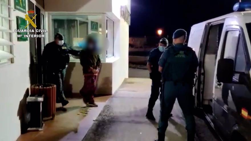"""Los asistentes a una fiesta ilegal en Fuerteventura atacan con piedras a la Guardia Civil al grito de """"pandemia de mierda"""""""