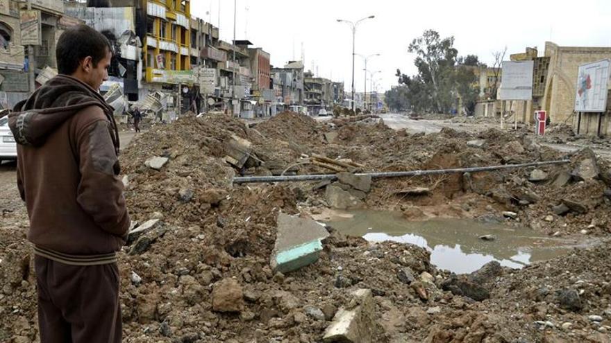 Un hombre observa los daños causados por un bombardeo en una calle de Mosul.