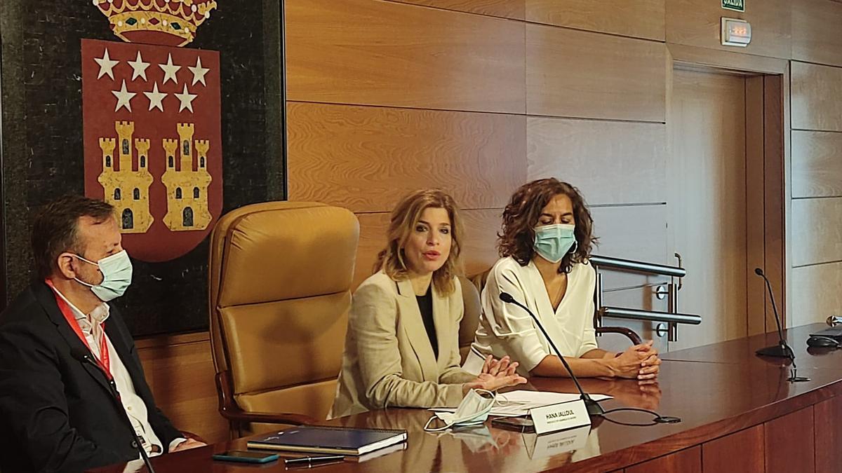 La portavoz del PSOE en la Asamblea de Madrid, Hana Jalloul, el exconsejero de Políticas Sociales, Alberto Reyero, y la portavoz adjunta, Irene Lozano.