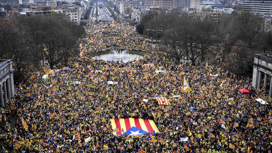 Imagen aérea de la marcha independentista de Bruselas para reclamar la libertad de los presos el 7 de diciembre