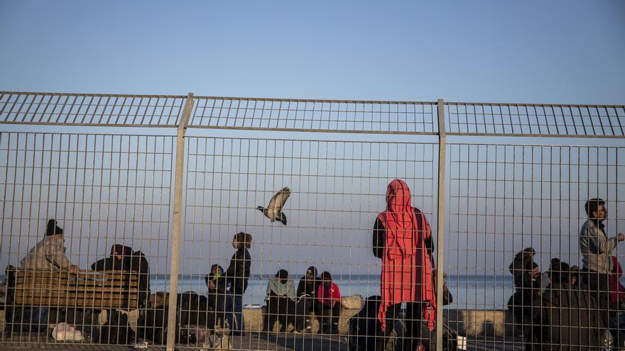 Un grupo de refugiados esperan en el muelle de Mitilene / Foto: Olmo Calvo
