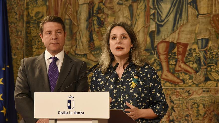 El presidente de Castilla-La Mancha, Emiliano García-Page junto a la directora del Instituto de la Mujer, Araceli Martínez