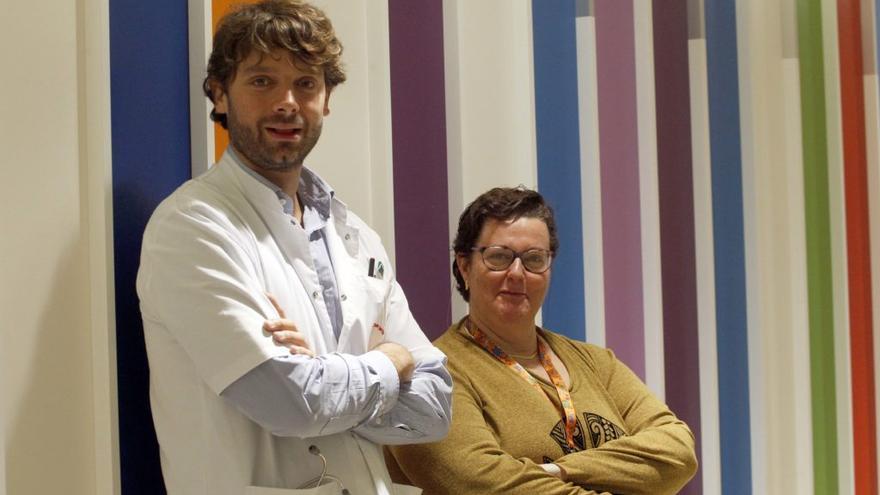 El doctor Sergi Navarro y la enfermera Núria Carsi en el Hospital de Sant Joan de Déu