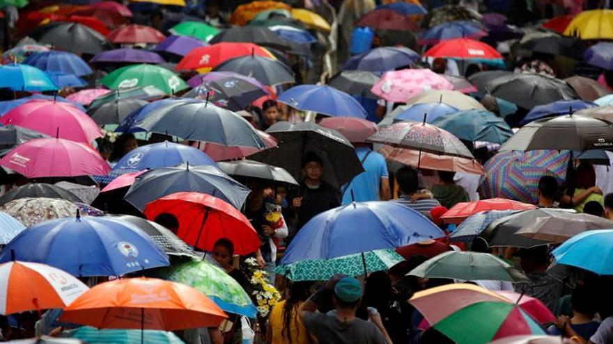 Los cementerios filipinos se llenan de color en el Día de los Difuntos