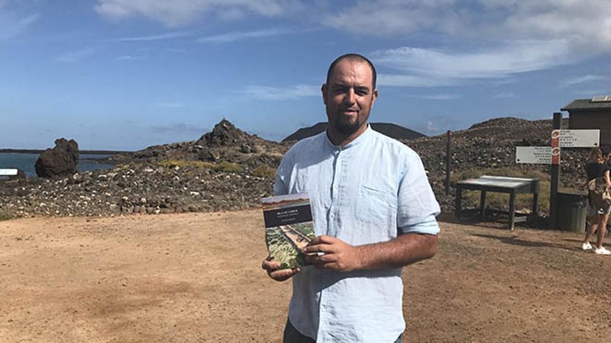 Ignacio Romero con un ejemplar de 'Isla de Lobos. Naturaleza e Historia'
