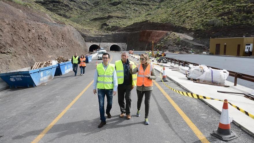 El consejero de Obras Públicas del Gobierno canario, Pablo Rodríguez, en una visita a la carretera de La Aldea.