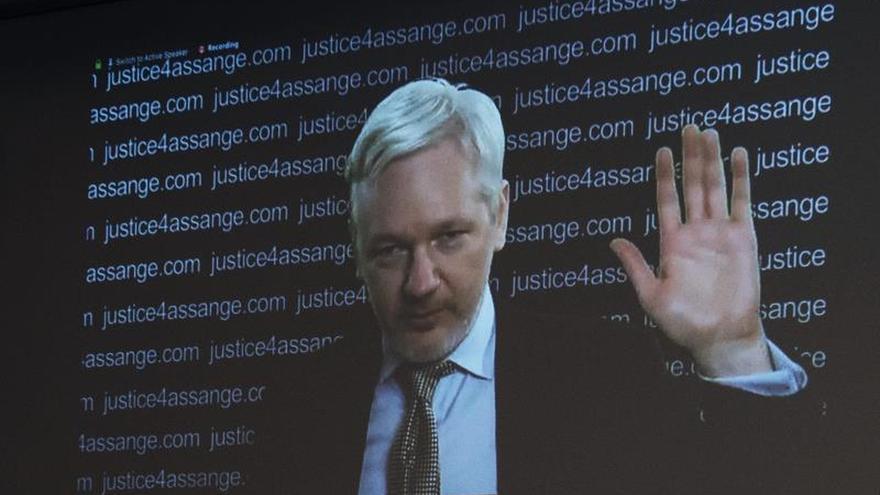 """Assange celebra una """"victoria histórica"""" desde el balcón de la embajada de Ecuador en Londres"""