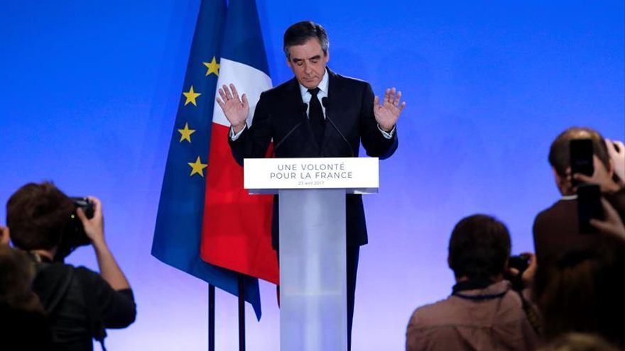Fillon reconoce su derrota y dice que votará por Macron en la segunda vuelta