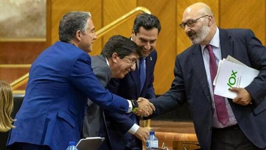 Moreno, Juan Marín, vicepresidente y líder andaluz de Cs, y el consejero portavoz, Elías Bendodo, saludan al portavoz de Vox, Alejandro Hernández, en la aprobación de los Presupuestos de 2019.