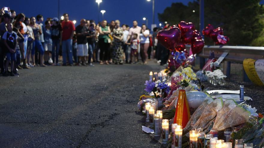 Un grupo de personas se reúne para homenajear a las víctimas del ataque de El Paso, en Texas