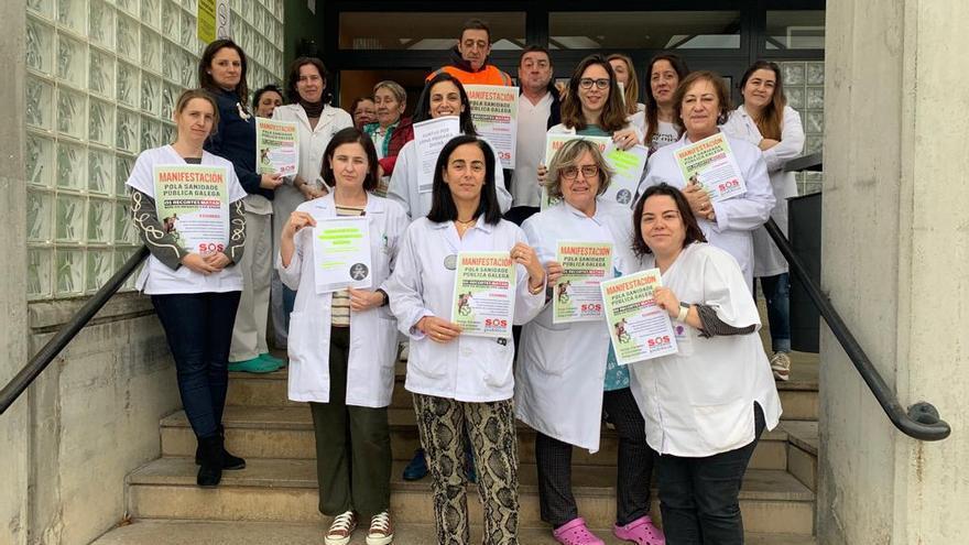 Personal de un centro de salud de Carballo (A Coruña), llamando a participar en la manifestación