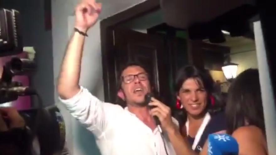 Kichi, candidato de Por Cádiz sí se puede a la alcaldía, celebrando el 24M con una chirigota.