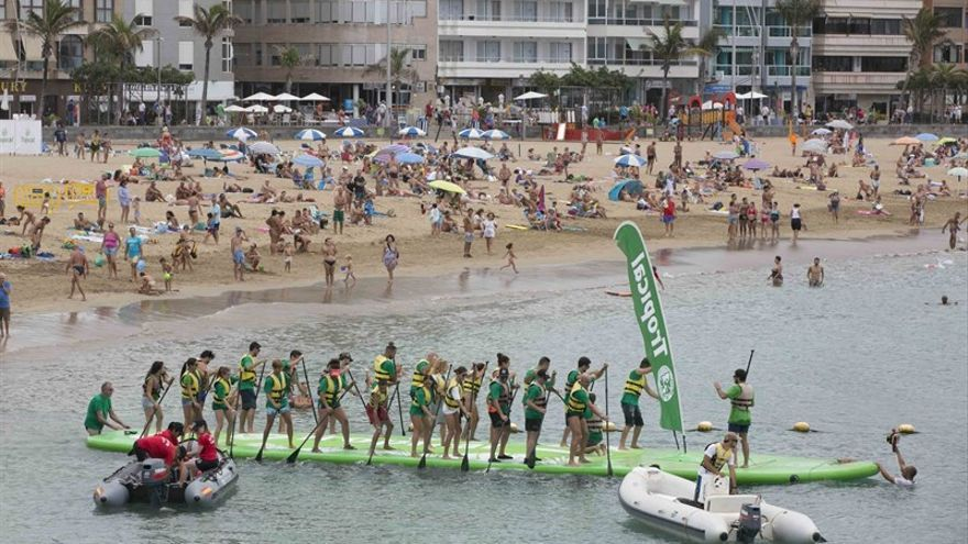 La playa de Las Canteras acoge el récord Guinness de la mayor tabla de paddle surf del mundo.