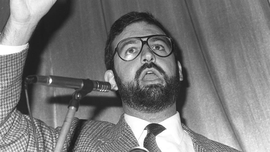 Mariano Rajoy Brey durante su intervención en un mitin de la coalición AP-PDP, en el que participó Manuel Fraga. Pontevedra, 19-10-1982