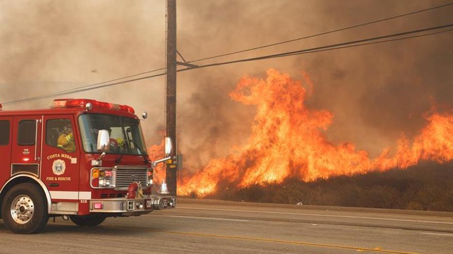 Los bomberos no logran controlar los fuegos de California que han dejado 21 muertos