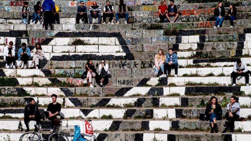 Varias personas disfrutan de un día soleado en el Wall Park (lit.: Mauerpark) de Berlin.