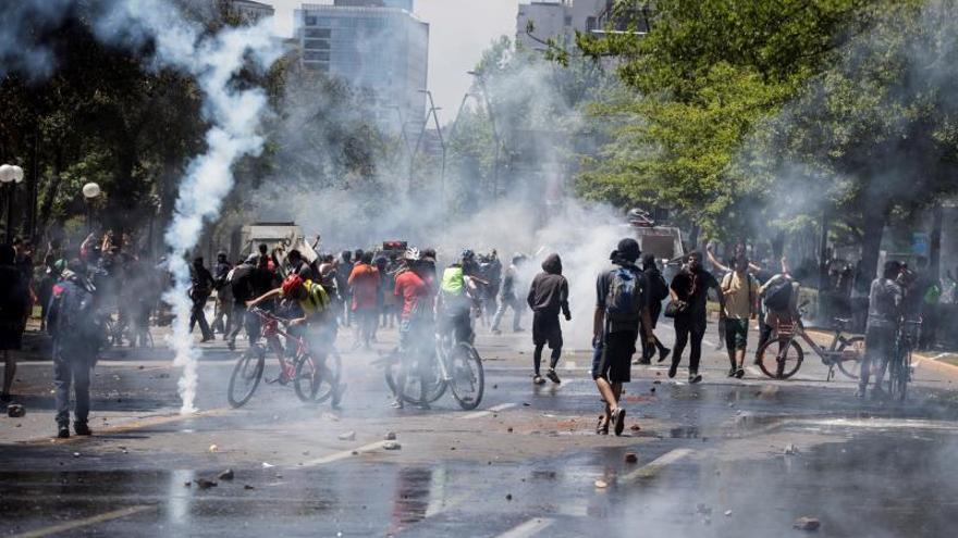 Manifestantes protestan de manera pacífica frente a la Policía este lunes en Santiago de Chile.