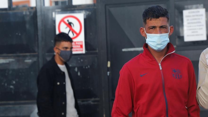 Las tres noches de incertidumbre de los 60 migrantes abandonados a las puertas del campamento Canarias 50