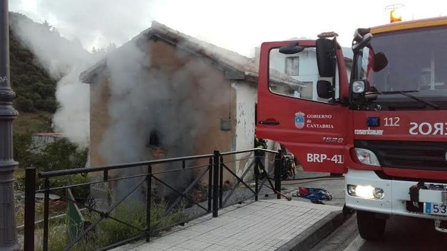 Se incendia una casa deshabitada de Potes usada como almacén y explota una bombona, sin causar heridos