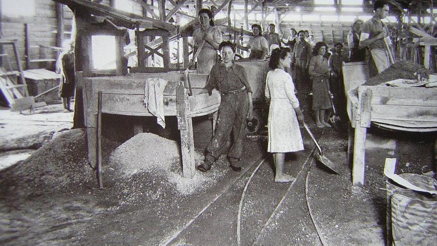 Trabajadoras y trabajadores en la mina de wolframio