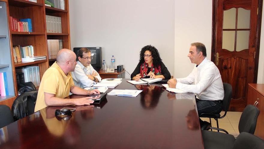 En la imagen, una de las reuniones para coordinar acciones que permitan el correcto uso de los puntos limpios.